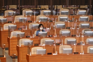 국회 본회의 참석한 秋법무