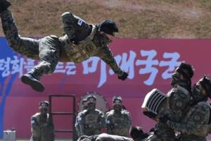 국군의 날, 격파 시범 보이는 특전요원