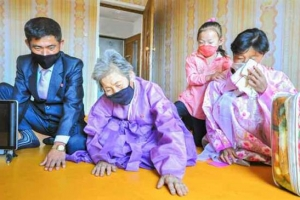 수해로 새로 건설한 살림집에 들어온 북한 주민들