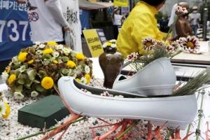 옛 일본대사관 앞에 놓인 고무신