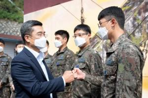 장병 격려하는 서욱 장관