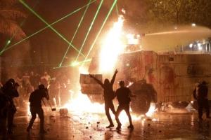 물대포 쏘고 화염에 휩싸이고… 칠레 '불평등 항의' 1주년 시위