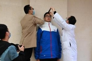 사람 머리 두 개 더… 놀라운 14살짜리 中 중학생 키 '2m 21㎝'