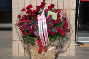 법무부 앞 '추미애 생일 축하' 꽃바구니