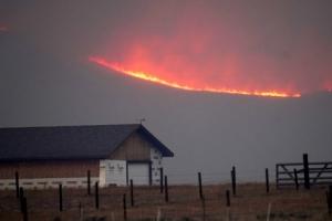 미 콜로라도주 농장 주변으로 번진 산불