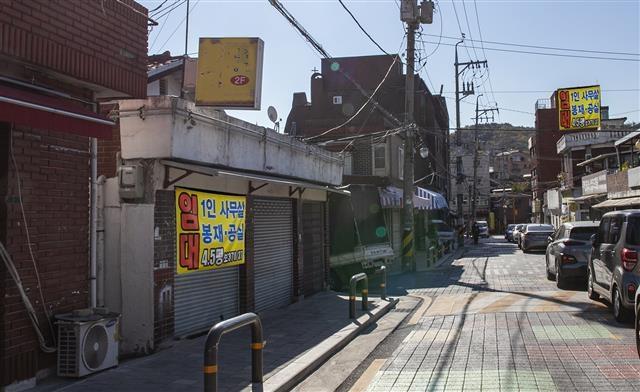 개발을 둘러싼 갈등과 알력이 소용돌이에 싸여 있는 장위동은 1980년대 이후 2000여개의 봉제업체가 활동하던 동대문 패선 배후지대였다. 이 중 장위로 126 일대 의복제조업은 서울미래유산으로 지정됐다.