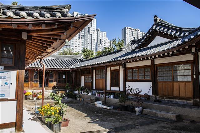 조선 순조의 셋째 딸 덕온공주와 부마 남녕위가 살던 '김진홍 가옥'은 서울시 민속자료 25호인데 지금은 불교사찰이다.