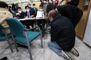 """""""아들의 죽음, 밝혀 주세요""""… 무릎 꿇고 애원한 쿠팡 물류센터 …"""