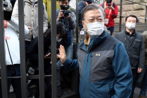 '김신조 사건' 52년만에 개방된 북악산 철문…문 대통령 직접 열…