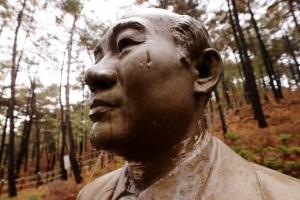 청남대 전두환 동상 훼손한 50대 벌금 700만원…구속 석방