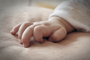 생후 47일 영아, 두개골 골절 사망…친부모 수사