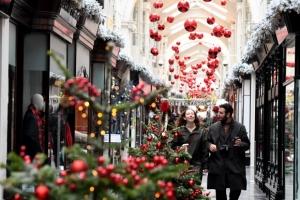 """""""크리스마스니까""""… 봉쇄에 지친 유럽, 코로나 통금 살짝 푼다"""