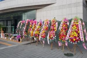 남양주시청 앞에 늘어선 조광한 시장 응원 화환