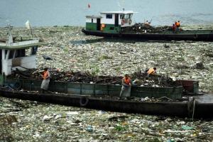 양쯔강에 쌓인 쓰레기 더미 치우는 중국 인부들