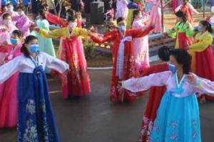 새집들이 행사에서 흥겹게 춤 추는 북한 주민들