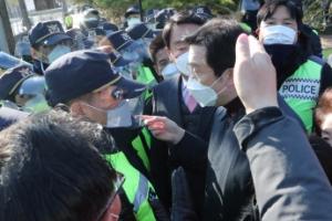 청와대 앞 경찰에 제지당하는 국민의힘 초선 의원들