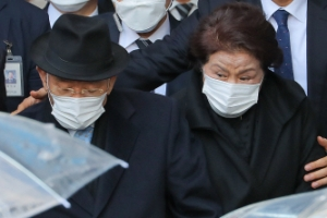 '징역 8개월·집행유예 2년' 법원 나서는 전두환