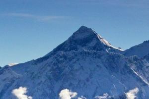 중국, 코로나 막는다며 에베레스트산 정상에 분리선 그어