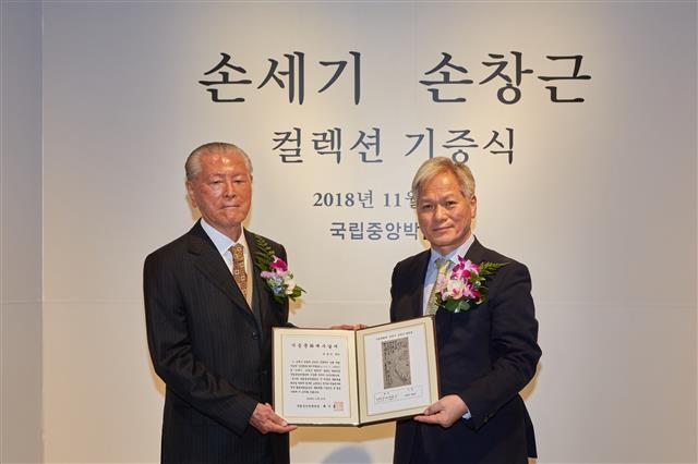 미술품 수집가 손창근(왼쪽)씨가 대를 이어 소장해 온 문화재 304점과 국보 '세한도'를 2018년과 올해에 걸쳐 국립중앙박물관에 기증했다. 서울신문 DB