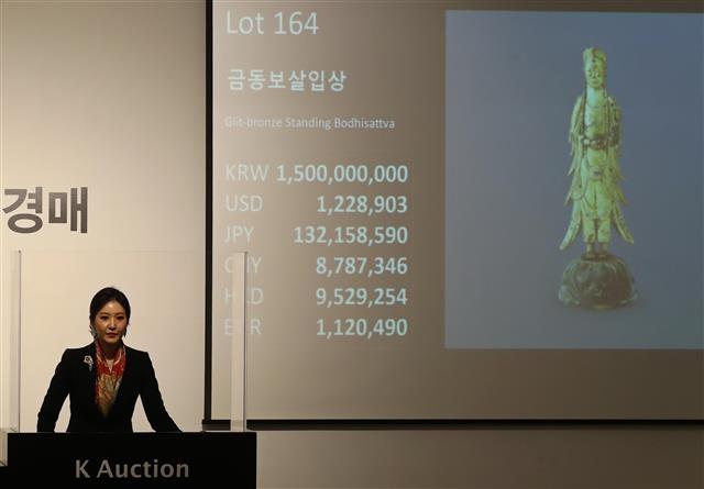 일제강점기 사재를 털어 문화재를 지켰던 간송 전형필의 후손은 재정난에 보물 불상 2점을 경매에 내놓았다. 연합뉴스