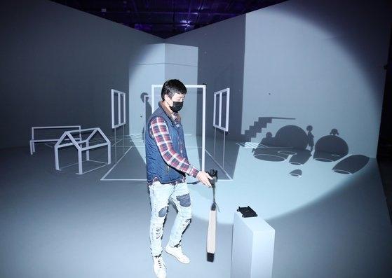 문준용씨가 지난 10월 '2020 파라다이스 아트랩 페스티벌' 에서 증강현실을 이용한 작품을 시연하는 모습/연합