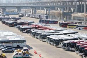 멈춰 선 관광버스… 운수업 작년 매출 70% 뚝