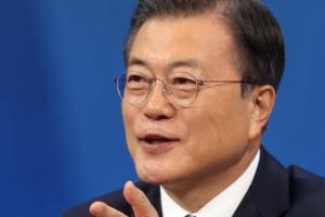 """문 대통령 """"입양아동 바꾸거나"""" 논란…청와대 해명에도 비판 쇄도…"""