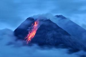 용암 계속 내뿜는 인도네시아 므라피 화산