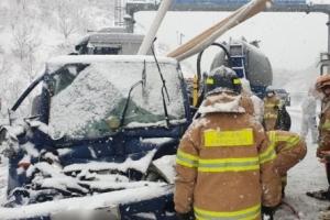 서해안고속도로 35중 교통사고…엄태영 의원도 추돌사고(종합)