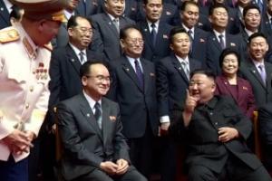 김정은, 당 중앙지도기관 구성원들과 기념 촬영