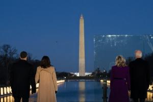 워싱턴 기념비 바라보는 바이든-해리스 당선인 부부
