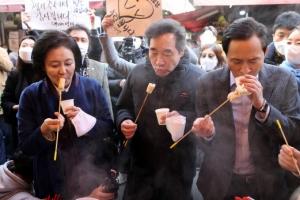 남대문시장 찾은 이낙연…우상호·박영선과 '어묵 먹방'