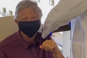 """빌 게이츠도 코로나19 백신 접종 """"65살 되면 받는 혜택"""""""