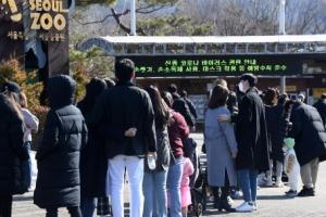 포근한 날씨, 서울대공원 찾은 시민들