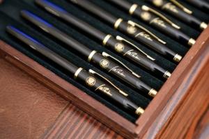 바이든이 첫날 서명부터 10개 이상 펜을 쓴 까닭은