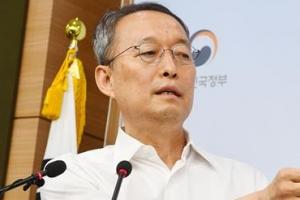 '원전 경제성 조작 혐의' 백운규 검찰 출석