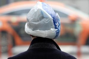 '비닐봉투 쓰고 비 피하기'