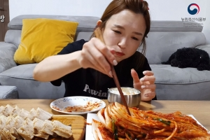 """""""김치는 한국 것"""" 中 퇴출된 햄지, 김장 영상으로 맞불"""