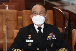 국방부, '반주 저녁 논란' 해군참모총장 징계 않기로