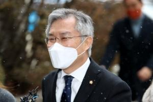 """'선거법 위반' 최강욱 재판부 """"정경심 1심 판결문 증거 채택 안…"""