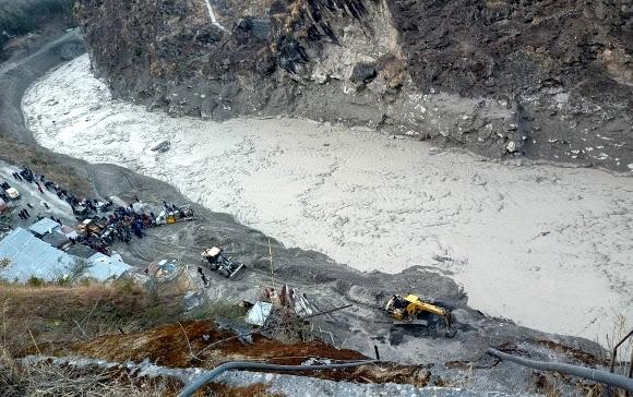 빙하에 범람한 인도 다우리강 7일(현지시간) 히말라야산맥에서 녹아 떨어진 빙하로 거대한 홍수가 발생한 인도 북부 우타라칸드주 차몰리 지구의 다우리강가 수력발전소 근처에서 당국이 구조 작업을 펼치고 있다. 이번 급류로 발전소 건설 종사자와 마을 주민 등 최소 200명이 실종된 것으로 알려졌다. 차몰리 EPA 연합뉴스