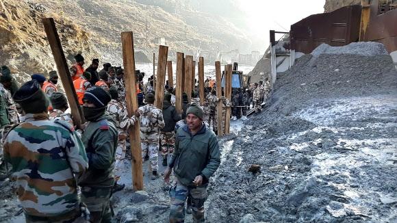 7일(현지시간) 히말라야산맥에서 녹아 떨어진 빙하로 거대한 홍수가 발생한 인도 북부 우타라칸드주 차몰리 지구의 수력발전소 근처에서 인도·티베트 국경 경찰(ITBP)이 구조 작업을 벌이고 있다. 차몰리 AP 연합뉴스