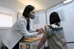 백신 접종 후 다양한 이상 반응…호흡곤란·두드러기는 119 신고