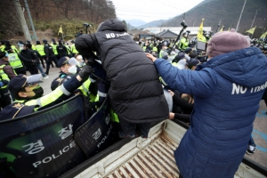 성주 사드기지에 공사 차량 42대 반입…주민·경찰 간 충돌로 4명 …