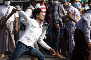 미얀마 쿠데타 지지 시위 등장…페이스북 군부 계정 차단