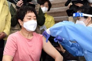 코로나19 백신 접종 시작…첫날 접종 현장