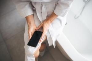 """""""목욕 중 스마트폰 충전"""" 러시아 10대 여학생 또 감전사"""