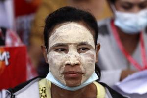"""미얀마 시민 """"군부 관련 기업 불매""""…친군부 시위대와 충돌도"""