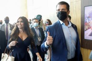 '엄지 치켜든' 트럼프 장남, 보수행동정치회의 행사 참석