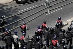 미얀마, 시위대에 폭력 진압 계속...女 1명 총격 사망설까지(종합)